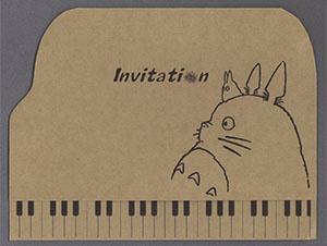 「ジブリの森の音楽会」をテーマに、トトロの画像をふんだんに使用して作成された作品です。 招待状外紙用紙は「モダンクラフト/137.5kg」で、招待状外紙サイズをご